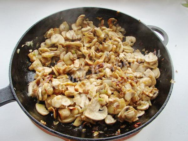 обсмажуємо гриби з цибулею