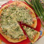 домашня піца із зеленою цибулею та бринзою