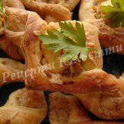 листкові пиріжки з куркою в сметані