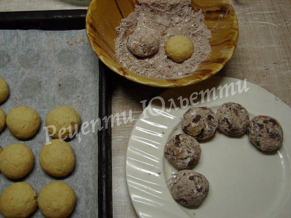 обкачайте печиво в какао з цукровою пудрою